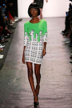 No final do desfile, os alienígenas vestem paetê e chegam em onda de gosma verde que cobre a cidade.