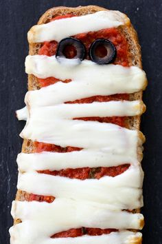 These EASY French bread pizza mummies are perfect for your next Halloween party, for kids or adults! Just 4 ingredients and about 15 minutes to make! Soirée Halloween, Halloween Treats, Healthy Halloween, Pain Pizza, Pizza Pizza, French Bread Pizza, 4 Ingredients, Mozzarella, Kids Meals