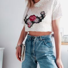 #croptop #momfitjeans #outfitidea #outfitinspiration #ootd #style #fashion Crop Top With Jeans, Jeans Fit, Style Fashion, Crop Tops, Outfits, Women, Suits, Kleding, Outfit