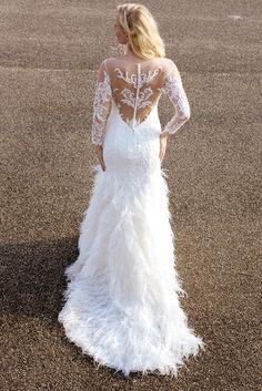 De Weddings 2018 collectie is nu te passen in onze winkel. Wat dacht je van deze prachtige Demetrios trouwjurk met veren rok?