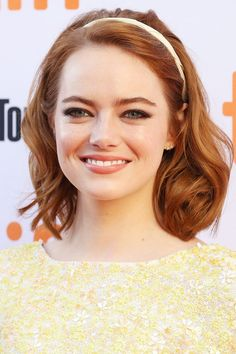 Emma Stone took her lead from the runways, where Alice bands and hair accessories ran riot for autumn and winter. Pump up the volume in your locks first by prepping with a volumising spray, then. Emma Stone Style, Winter Hairstyles, Easy Hairstyles, Wedding Hairstyles, Celebrity Hairstyles, Celebrity Smiles, New Hair Look, Blonde Hair With Highlights, Hairstyle Look