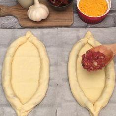 Recette Georgisches Brot Georgian bread, the chef club recipe in video format Georgian Bread, Pizza Boats, Pizza Pizza, Pizza Party, Pizza Dough, Toast Pizza, Pizza Snacks, Pizza Appetizers, Easy Snacks