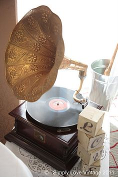 Gramophone adds a nice touch to a vintage wedding theme
