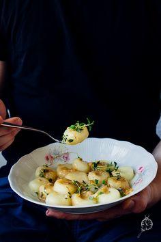 Kluski śląskie, najlepsze. Z sosem na bazie sera pleśniowego i garścią świeżego tymianku.