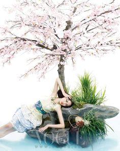 From Vogue Korea: Spring Breeze. Didn't like that Marc Jacobs on the runway, but LOVE it here. Vogue Editorial, Editorial Fashion, Shanghai Girls, South Korea Fashion, Memoirs Of A Geisha, Girl Korea, Vogue Korea, China Girl, Photo Series
