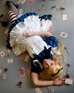 Halloween, why dont you dress up as Alice in Wonderland, this is by Water for T. Halloween Kostüm, Holidays Halloween, Halloween Costumes, Halloween Outfits, Alice In Wonderland Tea Party, Maquillage Halloween, Mad Hatter Tea, Adventures In Wonderland, Halloween Disfraces