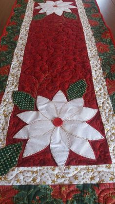 Quilted Table Runners Christmas, Christmas Placemats, Christmas Runner, Table Runner And Placemats, Burlap Table Runners, Table Runner Pattern, Christmas Decorations Sewing, Christmas Sewing, Christmas Embroidery