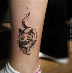 Winzige im abstrakten Stil mystische Katze Tattoo am Knöchel mit verschiedenen farbigen Augen