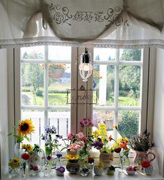 Englekyss: Mitt kjøkkenvindu i september 2016 Scandinavian Home, Valance Curtains, September, Windows, Table Decorations, Furniture, Homes, Home Decor, Houses