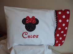 disney-minnie-mouse-pillowcase-travel - too cute! Easy Sewing Projects, Sewing Crafts, Sewing Tips, Disney Pillows, Disney Crafts, Disney Fun, Disney Cruise, Do It Yourself Inspiration, Embroidered Pillowcases
