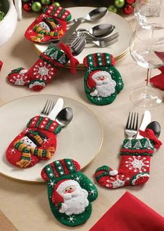Christmas time is the most magical and wonderful time of the year. If you haven't planned your Christmas table decor yet, here are some beautiful examples to gather friends, and family to enjoy a delicious meal. Christmas Tablescapes, Christmas Table Decorations, Christmas Themes, Christmas Holidays, Felt Christmas Ornaments, Christmas Stockings, Christmas Projects, Christmas Crafts, Deco Table Noel