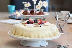 Kake til farsdagen: Marsipanbløtkake med jordbær, vaniljekrem og valnøtter.