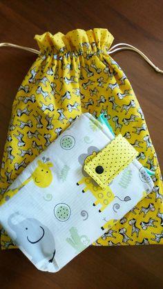 Kit porta fralda e saquinho de tecido feitos em tecido algodão..    Verifique estampas Kitchen Towels Hanging, Kit Bebe, Diaper Backpack, Baby Kit, Baby Burp Cloths, Cute Diys, Baby Boy Fashion, Baby Room Decor, Baby Love