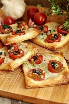Francuskie ciastka z pomidorami i mozzarellą #przystawki #ciasto_francuskie Appetizer Recipes, Snack Recipes, Cooking Recipes, Good Food, Yummy Food, Vegetarian Recipes, Healthy Recipes, Salty Foods, Appetisers