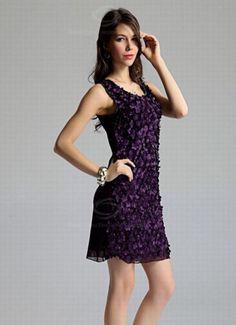 Flower power kjole  Nydelig kjole med små blomster på fremsiden. Baksiden er i glatt chiffonstoff. Langs armåpningen er det små perler som utgjør en flott dekor. Dette er en kjole som gjør deg til kveldens antrekkvinner!   Kr 149,-