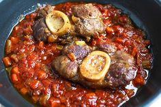 Met dit klassiek Italiaans ossobuco recept maak je zalige gestoofde kalfsschenkels die heerlijk zacht en kruidig smaken. Heerlijk met pasta of aardappels.