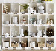 Люблю открытые полки с посудой на кухне