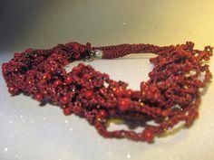 Collana all'uncinetto con fili attorcigliati e perline