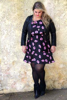 Vestido com estampa divertida com jaqueta de couro, meia-calça e botinha: esse look plus size é muito amor!