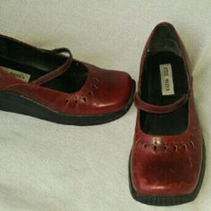 Steve Madden 'JAZMINE' Red Burgundy Mary Janes 8.5 Very good, clean condition. A few scuffs, mainly to heel area,  not you area.  Genuine leather upper in beautiful burgundy. Very little wear to outsoles. Great find! Steve Madden Shoes Flats & Loafers