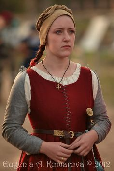 Sleeveless kirtle with pinned sleeves, front lace, bodice with skirt.