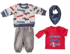Grijze jeans met trui, rode t-shirt met lange mouwen en bandana bedrukt met raceauto's #nameit