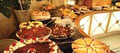 Many people abuse food. Human behaviour becomes especially outrageous when it comes to Buffets. Human Behavior, Buffets, Lessons Learned, Seafood, Roast, Table Settings, Things To Come, Table Decorations, Vegetables