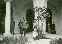 The Romanovs and the Hessian Ducal Royal family in the Italian Courtyard of the New Palace at Livadia in 1912.A♥W