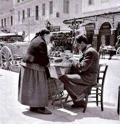 ΑΘΗΝΑ. Πλανόδιος επισκευαστής γυαλιών στην οδό Αθηνάς .φωτ.Βουλα Παπαιωάννου