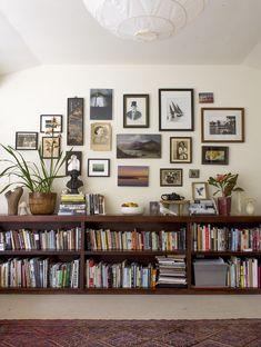 Small Living Rooms, Home Living Room, Living Room Designs, Living Room Decor, Modern Living, Floating Bookshelves, Cool Bookshelves, Bookshelf Ideas, Billy Bookcases