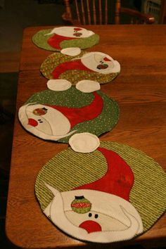 Christmas placemats or table runnerfold n stitch wreath tutorial Christmas Placemats, Christmas Runner, Felt Christmas Decorations, Christmas Sewing, Christmas Time, Holiday Decor, Table Runner And Placemats, Quilted Table Runners, Christmas Projects