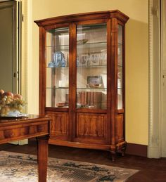 Classic Display cabinet in walnut with 2 glass doors