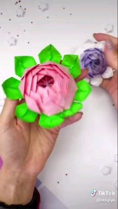 Creative Crafts 656188608197296104 - Origami Flowers Source by mamabrient Paper Origami Flowers, Instruções Origami, Paper Flowers Craft, Paper Crafts Origami, Flower Crafts, Origami Rose, Gift Flowers, Origami Videos, Oragami