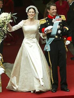 HRH Crown Prince Frederik of Denmark and Mary Donaldson May 2004 Copenhagen, Denmark As the weddings were just a week apart, s. Royal Wedding Gowns, Wedding Gowns With Sleeves, Royal Weddings, Modest Wedding Dresses, Designer Wedding Dresses, Classic Weddings, Royal Crowns, Royal Tiaras, Mary Donaldson