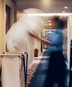 Почистване на хотелска стая с помощта на професионално почистващи колички