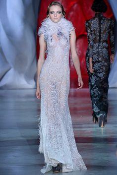 Le défilé Ulyana Sergeenko haute couture automne-hiver 2014-2015 http://www.vogue.fr/mariage/tendances/diaporama/les-robes-blanches-de-la-haute-couture/19558/image/1035711#!le-defile-ulyana-sergeenko-haute-couture-automne-hiver-2014-2015