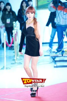 2NE1's Park Bom, 'Goddess-like dress that cuptured much attention'… Red carpet of the 2012 Melon Music Awards [KPOP PHOTO]