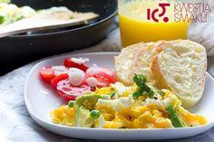 Jajecznica z awokado i szczypiorkiem