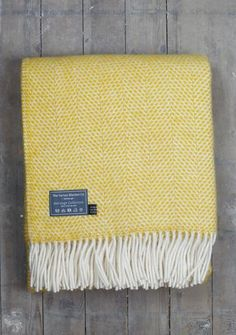 Our beloved yellow beehive blanket in a smaller, knee size. Perfect for Spring, this colourful knee blanket will compliment any room. Perfect as a throw for cos