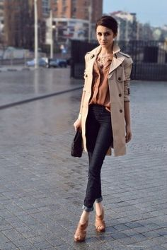 This is a gorgeous fall fashion outfit - the colors, the trench coat and the heels! We love everything about it! | Fall outfit ideas | Autumnal outfit inspiration