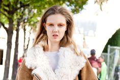 Street Style: Modelos Off Duty. Volumen 1, París. Sweey: Lindsey Wixon, a su salida del desfile de Dior PV 2013, con maquillaje exótico y vestida ya con su ropa.