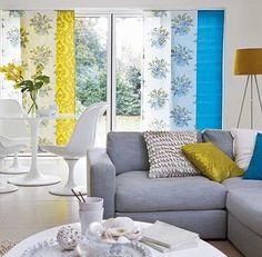 sala cinza com cortina colorida
