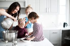 Mother-daughter baking at home Layer Cakelet) Lifestyle Photography, Children Photography, Family Photography, Family Christmas Pictures, Family Photos, Maria Elisa, Cooking Photos, Quoi Porter, Kodak Moment