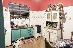 Paola Kinder - Casa Aberta pouco dinheiro não é desculpa para ter uma casa aconchegante. gostei desse armário restaurado