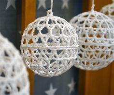 Virkattu ja kovetettu joulupallo. Unohda muoviset koristeet. Löytyy liikkeestämme myös tähtenä.