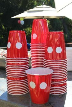 DIY cups for Mickey Mouse clubhouse party. Put 2 circle stickers on red solo cups & a plain cup transforms into Mickey's pants! Minnie Mouse Party, Fiesta Mickey Mouse, Theme Mickey, Mickey Mouse Clubhouse Birthday Party, Mickey Birthday, Birthday Party Themes, 2nd Birthday, Birthday Ideas, Mickey Mouse Party Decorations