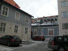 Satamakatu 8, Näsilinnankatu 36. Kuva kiinteistön sisäpihalta. Vasemmalla Heikki Tiitolan 1910 suunnittelema asuinrakennus, keskellä F. L. Caloniuksen 1876 suunnittelema asuinrakennus ja oikealla Aarne Sarvelan 1932 suunnitteleman asuintalon kulmaa.