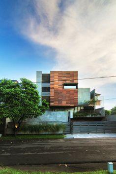 Lumber Shaped-Box House by altelier riri
