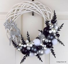 Unique And Unusual Black Christmas Decoration Ideas 22 Gold Wreath, White Wreath, Diy Wreath, Wreath Ideas, Wreath Making, Silver Christmas, Christmas Crafts, Christmas Christmas, Christmas Movies