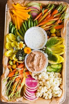 Clean Eating A platter full of fresh vegetables makes for a colorful and delicious option for guests. Veggie Platters, Veggie Tray, Vegetable Tray Display, Fresh Vegetables, Veggies, Appetizer Recipes, Appetizers, Clean Eating, Healthy Eating